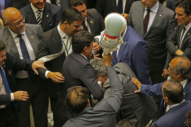 Votação da reforma política é adiada para ampliar acordos