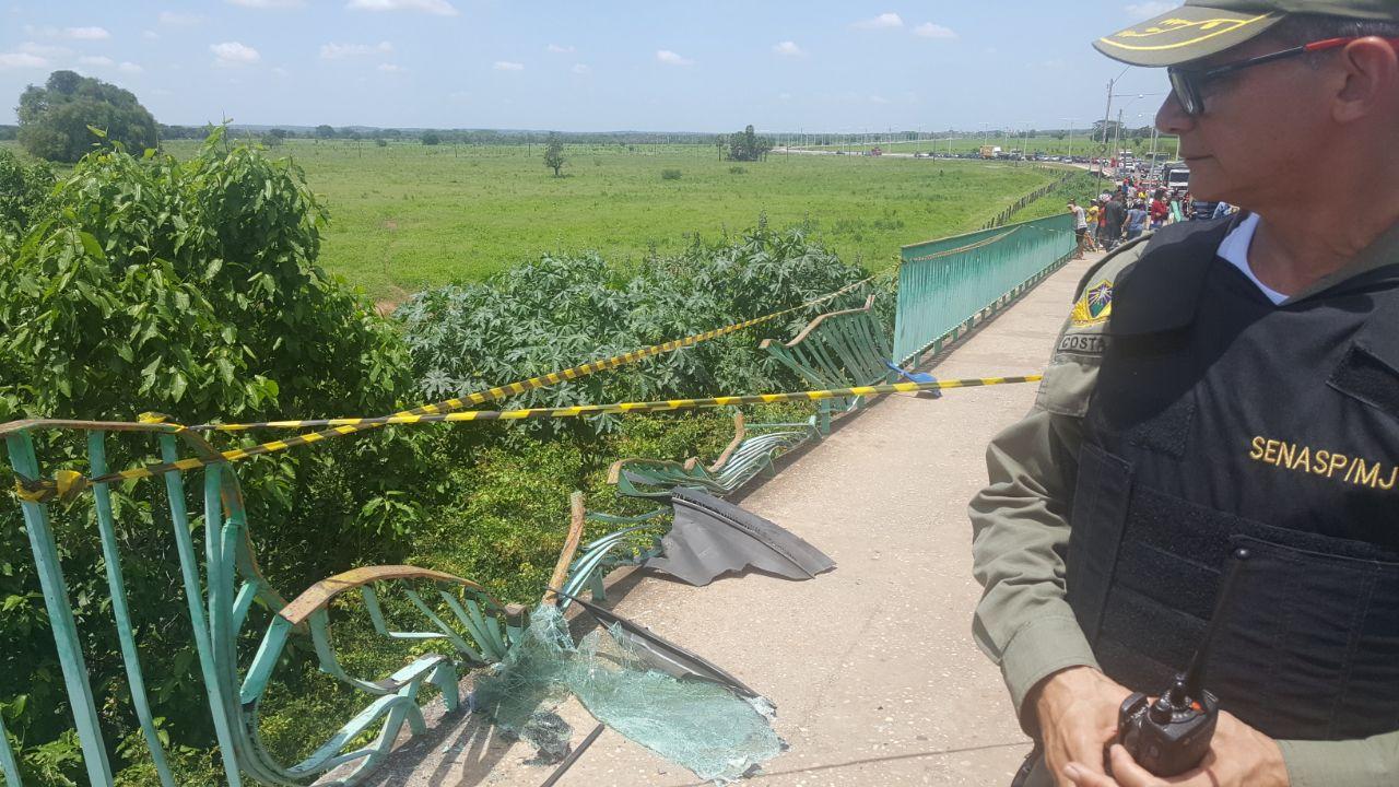 Passageiro de carro que caiu de ponte morre em hospital