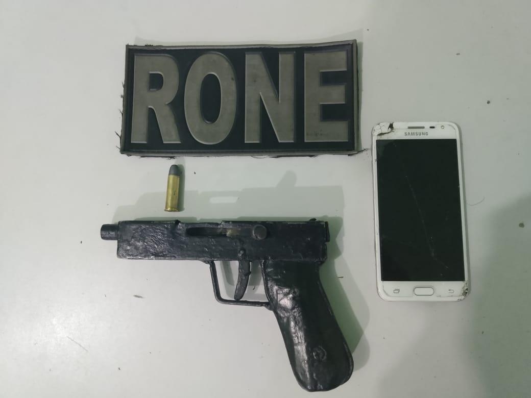 7d6bd8cf61 ... além de uma arma de fabricação artesanal, municiada com um cartucho de  balas calibre 38, e um celular, que seria de uma das vítimas da dupla.