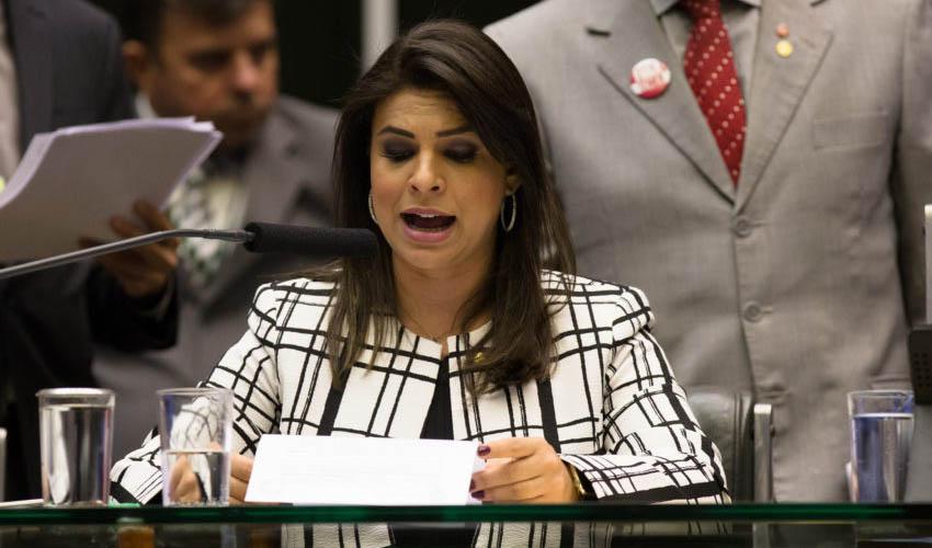 Resultado de imagem para deputada Mariana Carvalho (PSDB-RO) lendo relatório