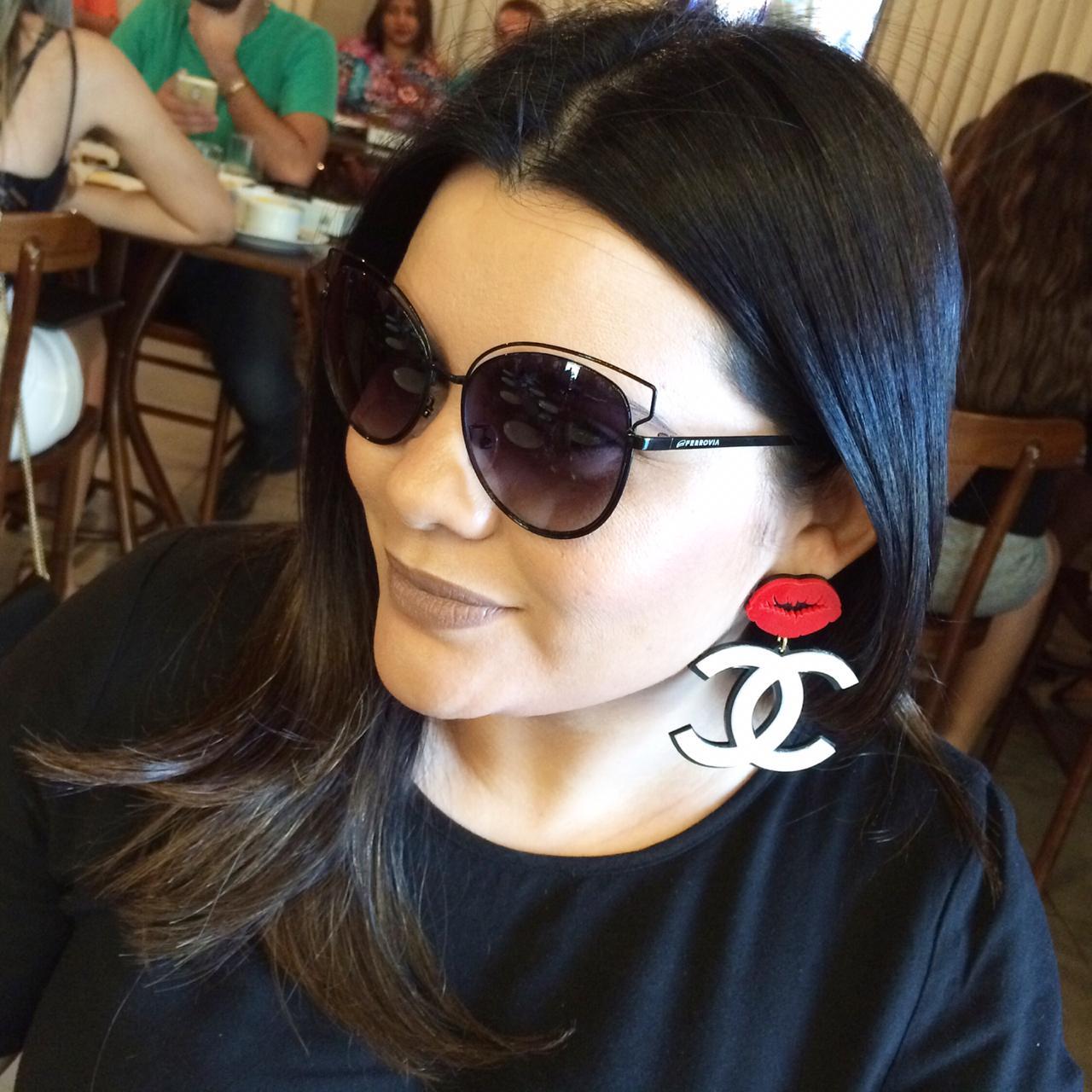 Rackel Meneses é influenciadora digital e uma apaixonada por óculos. No seu  guarda-roupa, ela já contabiliza 42 modelos diferentes. 89167eba8f
