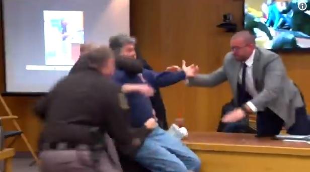 Pai de vítimas tenta atacar Larry Nassar em pleno tribunal