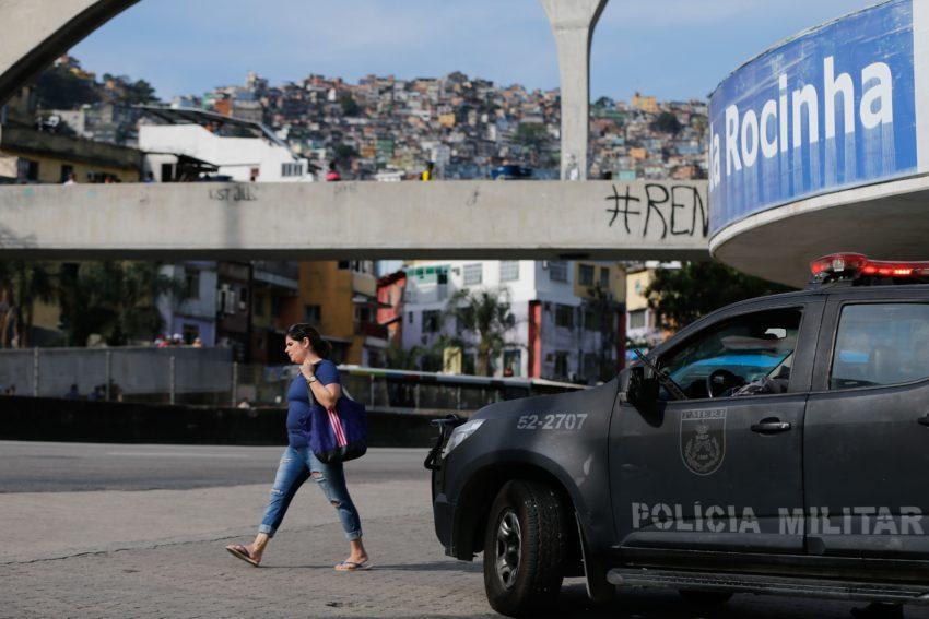 Policial militar e morador morrem em tiroteio na Rocinha