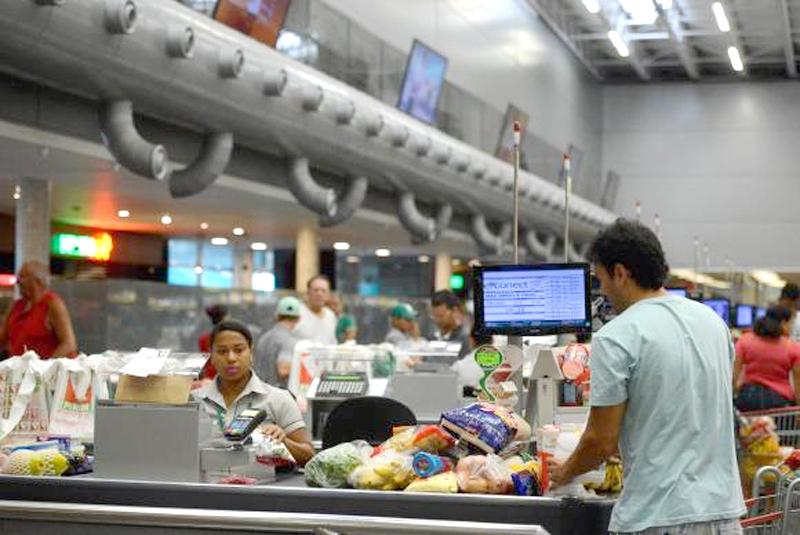 Renda média do trabalhador brasileiro diminui R$ 14 em 2017, afirma IBGE