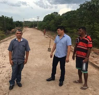 Rubens Vieira fiscaliza obras de calçamento em assentamento