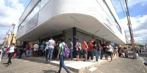 Com fim de prazo, eleitores de Teresina fazem fila em frente aos cartórios eleitorais