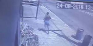 Video flagra colisão entre moto e ambulância; Um jovem morre e outro está na UTI