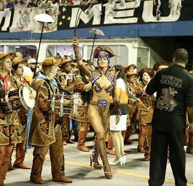 Sabrina Sato se atrasa e desfila na Gaviões sem costeiro de penas