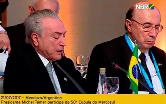 Ministro Henrique Meirelles cochila durante discurso de Michel Temer na Cúpula do Mercosul