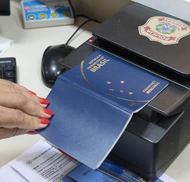 PF diz que ainda não recebeu verba para retomar emissão de passaportes