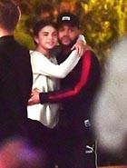 Selena e The Weekend curtem clima de romance