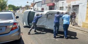 Batida no Centro de Teresina termina com um veículo capotado