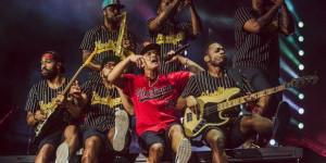 Entre hits dançantes e românticos, Bruno Mars agita noite em SP