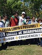 Mateus Solano retira lixo de lagoas de Jacarepaguá