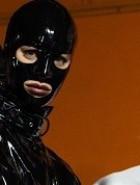 Moda: surra de fetiches no desfile pode tudo da Moschino em Milão
