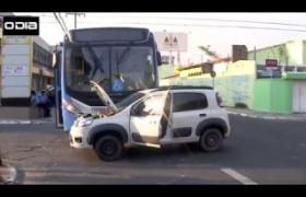 Motorista invade preferencial e carro choca com ônibus