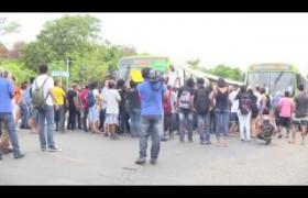 Jovens param o trânsito em protesto contra o aumento da passagem de ônibus