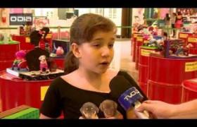 Crianças participam de exposição com esculturas de cachorros