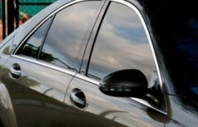 Película fumê nos carros dificulta fiscalização a  motorista usando celular