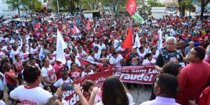 Centenas de manifestantes realizam ato em defesa de Lula no Centro de Teresina