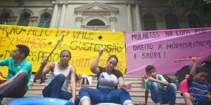 Famílias fazem protesto para exigir suspensão de ordem de despejo