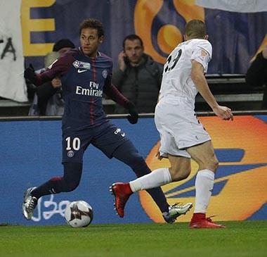 Cobrado pela torcida, PSG disputa clássico sem Neymar em campo