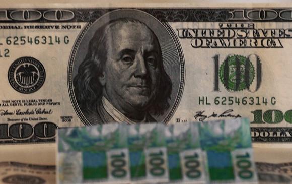 Dólar cai e Bolsa de Valores bate recorde após Fitch rebaixar nota do Brasil