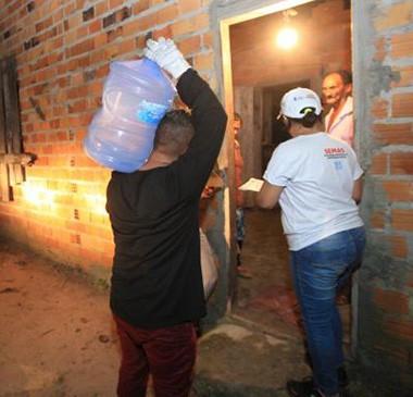 Famílias atingidas por vazamento tóxico recebem água potável