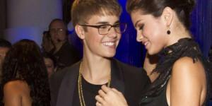 Justin Bieber e Selena Gomez desembarcam para Jamaica juntos