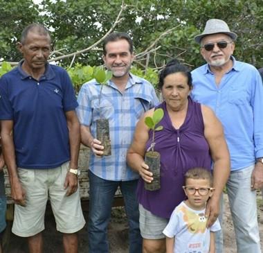 Prefeitura distribui mudas e incentiva a cajucultura na zona rural