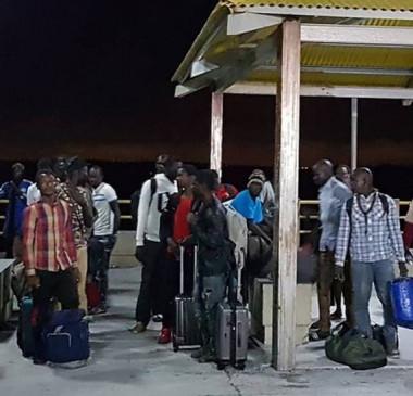 Barco com 25 imigrantes à deriva é resgatado na costa do Maranhão