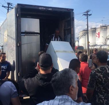 Caminhoneiros recebem geladeiras e mantimentos em apoio à greve