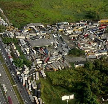 Greve de caminhoneiros chega ao 4º dia e causa reflexos pelo país