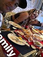 Neymar encanta internautas com foto em família