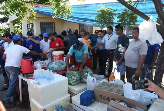 População apoia protestos dos caminhoneiros e faz doação de mantimentos