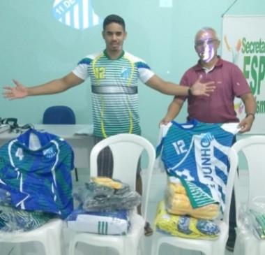 Prefeitura realiza entrega de uniformes para campeões do futsal