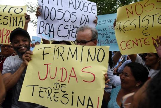 Firmino é alvo de protesto em corte do bolo e responde: 'mudanças provocam reações'