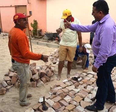 Prefeito Professor Ribinha espalha obras de pavimentação pela cidade
