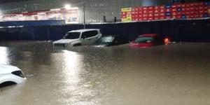 Força da água arrasta automóveis e deixa pontos de alagamentos em Teresina