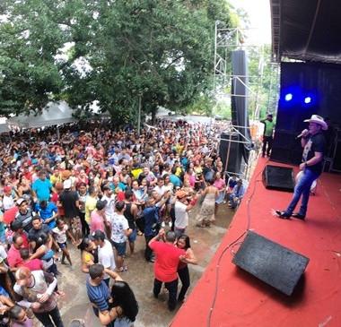 Milhares de pessoas participam da Festa do Vaqueiro