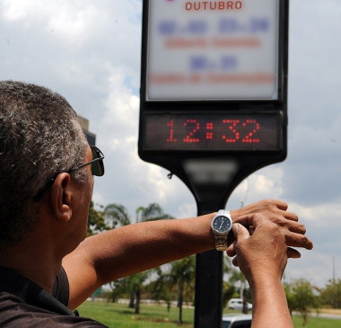 Bolsonaro assina decreto que extingue horário de verão em 2019