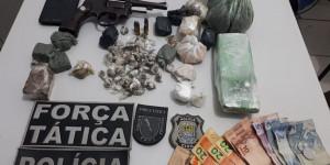 Foragido da Justiça é preso em flagrante traficando drogas em Beneditinos