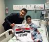Hernanes dá camisa do SPFC para menino portador de doença rara
