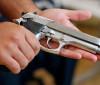 Mulher é baleada com seis tiros em tentativa de feminicídio