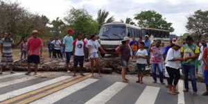 Moradores de assentamento destruído pelo fogo clamam por abastecimento de água