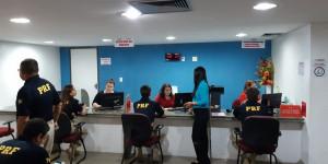 Agentes da PRF doam sangue em campanha contra o câncer em Teresina