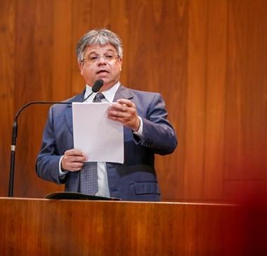 Oposição diz que Wellington foi ao exterior para 'fugir' dos problemas