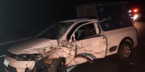 Acidente envolvendo micro-ônibus e carro deixa três feridos em Piripiri