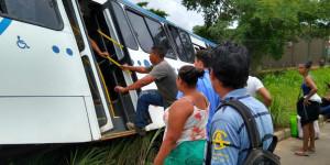 Ônibus tenta desviar de caminhão e desce barranco na BR 343