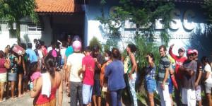 Coronavírus: Pessoas se aglomeram para receber cestas básicas em Parnaíba